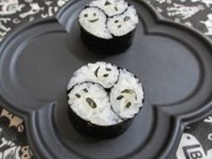 "Ornamental sushi rolls from ""Threesomes Halloween Haunted"". Traditional Japanese pattern ""Three 巴"" and Western event ""Halloween"". A fusion of Japanese and Western. I wanted to make such a thing ~ 飾 り Fete Halloween, Halloween Appetizers, Sushi Roll Recipes, Magic Recipe, Food Places, Sushi Rolls, Food Humor, Rolls Recipe, Cute Food"