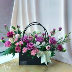 Basket Flower Arrangements, Creative Flower Arrangements, Rose Arrangements, Beautiful Flower Arrangements, Table Flowers, Beautiful Flowers, Flower Box Gift, Flower Boxes, Wedding Table Centerpieces