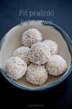 """Fit pralinki kokosowe """"Princessa"""" Low Calorie Desserts, Raw Desserts, Low Calorie Recipes, Delicious Desserts, Yummy Food, Yummy Yummy, Healthy Candy, Healthy Sweets, Healthy Food"""