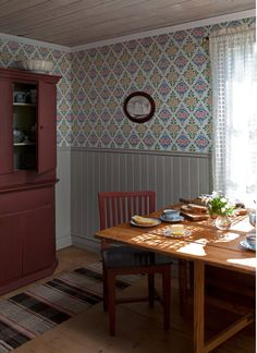Gästgivars from Duro Swedish Cottage, Red Cottage, Swedish Wallpaper, Of Wallpaper, Scandi Style, Scandinavian Design, Swedish Interiors, Hobby House, Scandinavian Furniture