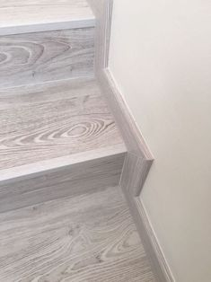 Laminate stairs diy staircases Ideas - Home Dekoration Tiled Staircase, Tile Stairs, Flooring For Stairs, Staircase Remodel, Staircase Makeover, Wood Stairs, Basement Stairs, House Stairs, Home Stairs Design
