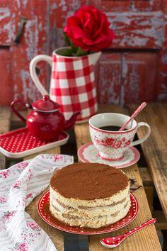 La tarta de Tiramisú es el clásico por excelencia de una gran celebración. ¿Quien no la ha hecho alguna vez? Seguro que todo el mundo ha probado a hacer una receta de tarta Tiramisú que te la vendían