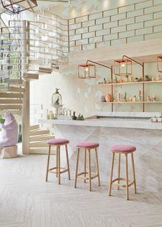 interieur chic en bois chaises hautes roses en bois clair sol en bois clair escalier tournant