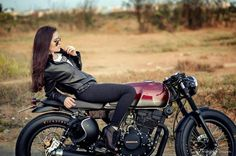 #girls #motorcycles #chicas | caferacerpasion.com