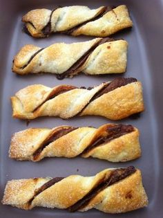 MAMMA MIA QUANTE RICETTE:   Sfogliatine alla nutella   1 Rotolo di pasta sfoglia 40/50 gr di zucchero semolato 180 gr di nutella