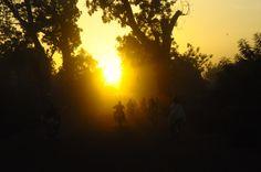 Sonnenaufgang und Frühverkehr in Ouagadougou. Foto: Starmühler #Ouagadougou #Sonnenaufgang #BurkinaFaso #Mopeds #Gegenlicht