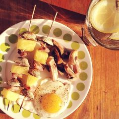 ☀️ Sunny breakfast with grilled bacon and pineapple sticks  I've a bit of a hangover, but before I started drinking yesterday, I got a new PR in deadlift: 85 kg! (BW: 56 kg). Next up: 90!  #Padgram