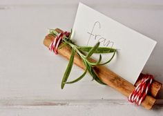 Two cinnamon sticks, some rosemary, a little twine and a name card.   Simplesmente Fascinante: Simples....assim...