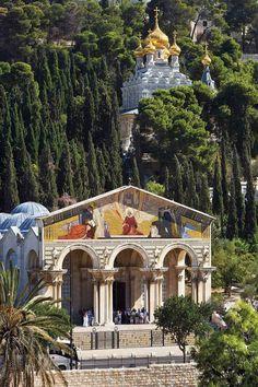 20630628. El Monte de los Olivos. La iglesia de Getsemaní y, sobre ella, la de Santa  María Magdalena