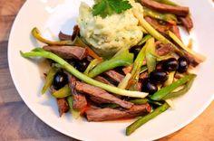 """Bratenstreifen mit Frühlingszwiebeln  Erinnert ein wenig an Boef Stroganov - zugegeben, zumal dann wenn man es mit Rinderfilet zubereitet. Es geht aber auch prima mit Schweine- oder Lammfilet, oder mit übrig gebliebenem Braten vom Sonntag. Im Badischen sagen wir zu letzterem Umstand: """"Die Küche wird gekehrt"""" - heißt auf neudeutsch es wird gekocht,  was man im Kühlschrank noch findet. (gerne repinnen erlaubt,es wäre mir eine Ehre)."""