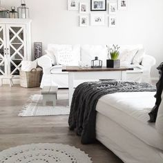 Rento vaalea sisustus, johon tunnelmaa tuovat valkoinen pitsimatto ja maalaisromanttiset kalusteet.
