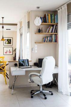 שולחן העבודה הועבר לפינה לא מנוצלת בסלון ( צילום: איתי בנית )