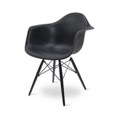 <h2>Eames DAW zwart met donker onderstel</h2><br /> Ben je op zoek naar een comfortabele eetkamerstoel met een modern design? Houd je van minimalisme met een vleugje speelsheid? De Eames DAW zwart met donker onderstel is dan gegoten voor jou - letterlijk en figuurlijk, want de zitting is in een speciale vorm gegoten die een fijne ondersteuning geeft aan zowel de rug als de armen. De mythe dat plastic oncomfortabel zou zijn willen wij dan ook graag uit de wereld helpen, want deze stoel…