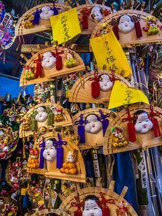 "Asakusa Tori no Ichi II 7/12 This kumade design called ""hiogi"" is a Matsushita exclusive (trademark too). It is made in the old, Edo style: simpler and featuring the okame/otafuku mask on a fan made of hinoki cypress and very popular among traditionalists -the epitome of Edo's ""iki"" aesthetic. #Asakusa, #Tori, #Ichi, #Matshushita, #kumade, #hiogi November 10, 2014 © Grigoris A. Miliaresis"