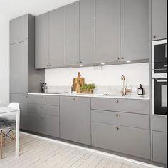 Släta luckor i matt kulör NCS S5500-N. Även här på Metodskåp från IKEA…