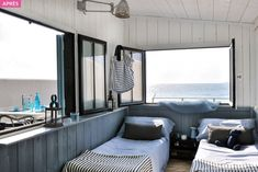 Chambre dans un cabanon en bord de mer, une maisonnette complètement restaurée Villa, House In The Woods, Decoration, The Good Place, Beach House, Architecture, Coldwell Banker, Table, Wood Houses