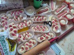 Resep Roti Sosis Sapi Empuk sampai 3 hari,kesukaan kita ;) - Sausage hotdog bun favorit. Hobby baking ini berawal dr kenangan masa kecil dari mama tercinta,beliau sering banget bikin camilan buat anak2nya..selain Lauk utama.rajinn dehh pkoknya.. #proudd Experiment kadang berhasil,kdg bantet..maklum ga pernah mengenyam kursus/pendidikan roti2an..liat demo aja kagak pernahh huaa.. #nangisbombay tapii justru disitu serunya,bikin tambah semangatt nyoba n nyoba terus..test rasa selalu nanya k...