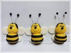 Abelhas em Biscuit para aplicar em: Potinhos, Latinhas, Tubetes e Caixinhas. Preço unitário. Cada abelhinha mede em torno de 5 cm de altura por 4 cm de largura. Para tamanhos menores consultar valores. R$ 3,00