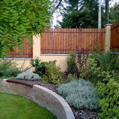 Galéria | Kert-Ötlet 3D A kert lezárásaként emelt ágyásba ültetett vegyes cserjekompozíciót terveztünk. Az ágyás téglafallal körülvett, több helyen kerti padot építettünk bele. Garden Bridge, Outdoor Structures, Projects, Outdoors, Gardening, Log Projects, Blue Prints, Lawn And Garden, Outdoor Rooms