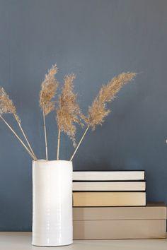 Ingen ting er som å kose seg inne en regnværsdag. Det er kaldt ute, og varmt og godt inne. Himmelen der ute er uutgrunnelig i sin mørke blågrå farge. #blågrå#bluegrey#himmel#mørk#strå#straw#hvit#vase#bøker#books#soverom#bedroom#kitchen#kjøkken#rustikk#maskulin#vegg#maling#painting#inspirasjon#inspiration#fargekart#Fargerike Vase, Home Decor, Decoration Home, Room Decor, Vases, Home Interior Design, Home Decoration, Interior Design, Jars