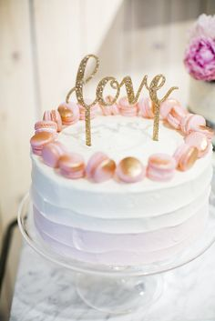 Love this beautiful macaroon-rimmed wedding cake from The Wedding Party Event with @100layercake!