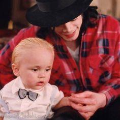 Baby Prince with daddy, by Hamid Moslehi Prince Michael Jackson, Michael Jackson Pics, Paris Jackson, You Are My Life, We Are The World, Jackson Family, Jackson 5, Familia Jackson, Mj Kids