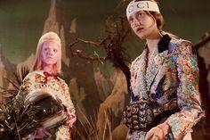 GUCCI FW 2017 fashion   구찌의 2017 가을겨울 시즌 컬렉션은 화려하게 수놓은 빈티지함이 더해진다. 캠페인 이미지에서 공개된 50년대의 영화의 장면으로 표현된 우주의 공간을 표현한 대표적인 영화 스타워즈를 빗대어 표현한다.
