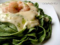 Receta Plato : Pasta de espinacas con bechamel y gambas por Cocinandotelo