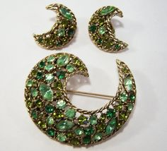 Vintage Weiss Green Rhinestone Jewelry Set Pin Clip On Earrings Gold Tone Mid Century Era 415DG