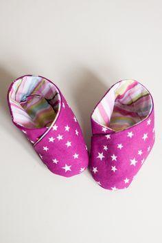 Schnelle und super niedliche Babyschuhe habe ich heute für dich auf meinem Blog: http://himbeerkunst.de/diy-babyschuhe-selbst-naehen/ #nähen #babyschuhe #sewing