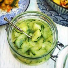 Deze ingelegde komkommer is een super makkelijk gerechtje om te maken en smaakt erg goed bij pittig eten. Haal met de kaasschaaf de schil eraf maar laat tus