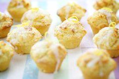 """Mini-Muffins mit Joghurt und Zitrone. Wer Muffins mit Zitronengeschmack mag, findet hier das richtige Rezept. Die Schwierigkeit bei diesem Rezept besteht darin, dass der Teig nicht zu stark verrührt werden darf, da die Muffins sonst leicht hart und etwas """"zäh"""" werden. Wird der Teig nur solange verrührt bis das Mehl mit der Flüssigkeit gebunden ist,Mehr"""