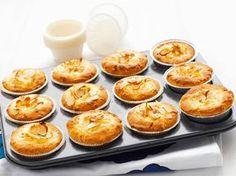 Pikapullat rahkatäytteellä Finnish Recipes, No Bake Desserts, Baking Recipes, Sweet Tooth, Good Food, Food And Drink, Breakfast, Koti, Buns