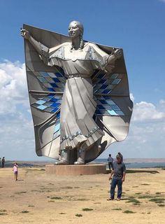 """Now that's what I call a commemorative statue. In """"Dignity"""" was unveiled in South Dakota. Honoring the Lakota and Dakota tribes native to that area. by South Dakota artist laureate Dale Lamphere Statues, Native American Women, Native American History, American Indians, Dakota Do Sul, North Dakota, South Dakota Vacation, Pierre Brice, Sculpture Textile"""