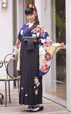 卒業袴 Yukata Kimono, Kimono Fabric, Kimono Dress, Japanese Costume, Japanese Kimono, Kimono Fashion, Girl Fashion, Kabuki Costume, Geisha Japan