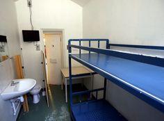 France Inter - Le téléphone sonne  Prison : une personne par cellule, c'est pour quand?   La surpopulation carcérale actuelle avec ce qu'elle suppose de promiscuité, de violences, voire de prosélytisme nuit en tout état de cause à tout espoir de réinsertion.