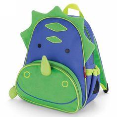 Mooie en degelijke rugzak Dinosaurvan Skip Hop uit de reeks Zoo Pack. Het is een rugzakje, ideaal voor kleuters of voor daguitstappen.Dit model is in de kleuren en met de tekening van een dinosaurus.De voorkant heeft een blauw gezicht met rondom groene schubben. Onderaan is een grote groene zak met een lachende mond en een groene stekelneus. Deze zak kan je afzonderlijk met een rits afluiten.Aan de zijkant is een zakje met elastiek. Daarin kan je gemakkelijk een drinkflesje of an...