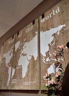 Wereldkaart 3 luik hout. Afm. per paneel 70 x 125 cm. Een prachtige wanddecoratie die het mooiste plekje in uw huiskamer verdient. Diverse foto's en filmpje
