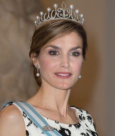 La Reina Letizia estrena la tiara que le regaló don Felipe en su primera gran cita real como soberana La diadema 'Princesa' está compuesta de 450 diamantes y cinco pares de perfectas perlas australianas, elegidas entre 3.000 gemas