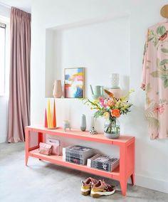 Hoe super leuk is dit sfeervolle hoekje bij @lisannevandeklift thuis. Deze kleuren dat nisje en alle mooie items. Het schilderij dat je hier ziet is 30x40 cm en is perfect voor plekken in huis als nisjes een schouw of een lege plank in een kast. Entryway Bench, Creative Art, Shelves, Storage, Furniture, Instagram, Design, Home Decor, Entry Bench