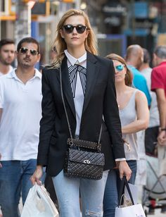 Karlie Kloss and Naomi Watts - Cropped Denim, the Classic Way - Denimology Valentino Rockstud Bag, Valentino Handbags, Simple Outfits, Cool Outfits, Casual Outfits, Fashion Outfits, Autumn Street Style, Look Cool, Jeans Style
