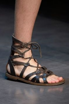 DOLCE (It's official I'm obsessed w/ gladiator sandals) Mens Shoes Boots, Suede Shoes, Sock Shoes, Leather Sandals, Men's Shoes, Fashion Moda, Mens Fashion, Dolce And Gabbana Man, Vogue