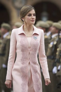 Queen Letizia of Spain Photos - Queen Letizia of Spain delivers a new National Flag to Speciality of Engineers Regiment Number 11 on June 2016 in Salamanca, Spain. - Queen Letizia Delivers New National Flag To Speciality Of Engineers Regiment Number 11 Estilo Fashion, Hijab Fashion, Fashion Outfits, Women Church Suits, Suits For Women, Chic Outfits, Pretty Outfits, Royal Clothing, Clothing Sets