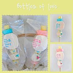 Utiliza malvaviscos (nubes, bombones) para crear unas sencillas brochetas con tema de baby shower. Puedes colocarlas en un recipiente y usa...