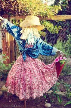 Fabulous Garden Scarecrow Ideas - Page 7 of 46 - Making Your Dream Home a Reality Diy Art Projects, Garden Projects, Fall Projects, Art Crafts, Garden Crafts, Make A Scarecrow, Scarecrow Ideas, Art Vert, Gardens
