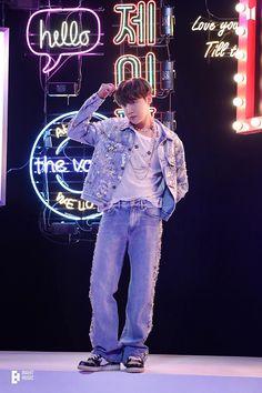 #bts #hoseok Jung Hoseok, J Hope Selca, Bts J Hope, Foto Bts, Mixtape, J Hope Twitter, J Hope Smile, Rapper, J Hope Dance