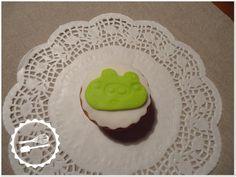 """Cupcake de baunilha com decoração em fondant e pasta Portuguesa. Tema: """"Angry Birds"""" #Cupcake #angrybirds"""
