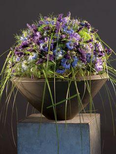 Gregor Lersch - schaal met prachtig bloemstuk op een ereplaats; een sokkel!
