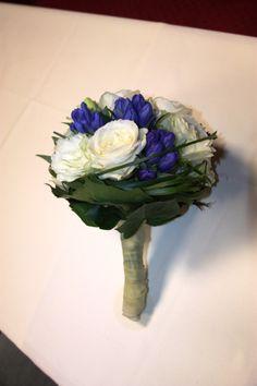 Brautstrauß mit dunkelblauen Enzian und weißen Rosen; bridal bouquet with white roses and gentian; Heiraten in Bayern; Hochzeit in Garmisch-Partenkirchen, Riessersee Hotel Resort