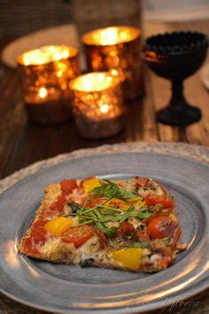 Pizza med extra allt gjord på mandelbotten gjorde vi igår, ni som följer bloggen vet min passion för matlagning men också att jag gärna äter med ögat. Måst